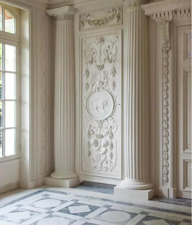 简单线条勾勒出的墙面与复杂欧式石膏线,产生绝对梦幻的对比,除了大图片