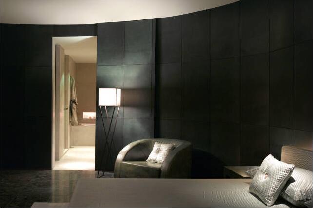 成熟设计团队,超前设计理念, 精良施工工艺,管家式的服务, 自有软装工程,专属私人定制!  酒店的色彩调型以黄灰色调为主,在不同的空间中辅以少量的红、白、灰色,让色系既统一又有延展性,通过华丽的装饰,让整体空间营造出高贵奢华的氛围,让整个酒店整体风格现代时尚起来。一个区别于楼阁的墙体隔离和大景区全然开阔的客观感受,它是一个很人性化的建筑,也是一个传统和现代风格相结合建筑。  酒店傍晚的景色 高贵迷人、乐享其中 宽敞的露台、唯美的夜景 在户外沙发上和朋友聊聊天 也是不错的选择  夜间的游泳池 灯光、绿植的衬