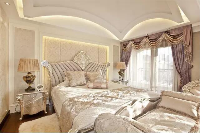 """格子床头背景墙,柔美的雕花曲线佐以温软舒适的床品,构成了""""华丽"""""""